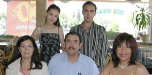 Corina Ríos de Martínez, MAría Elvia López de Reyes, Valerio Reyes Fierro y Julián Valeriano, le obsequiaron una reunión de graduación a la señorita Ana Lucía Reyes López.
