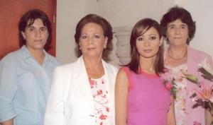 Karla López García acompañada de Hilda González de Castañeda, Silvia Leticia de López e Hilda María Valdés de Gpnzález.