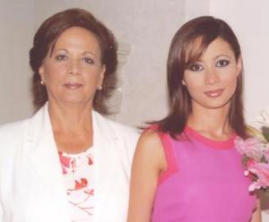 Karla en compañía de su mamá, la señora Silvia Leticia García de López.