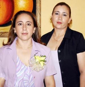 Susana Elena Montañez del Rivero acompañada de Lucía Montañez, en su despedida de soltera.