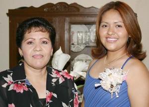 <u><b> 26 de Junio </u> </b><p>   Ana Cecilia Estrada Barrera junto a Irma Leticia Cerrillo Esquivel, anfitriona de su despedida de soltera.
