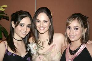 ALejandra Orozco Diosdado acompañada por sus amigas, en la despedida de soltera que le ofrecieron por su cercano enlace con Mario Garza.