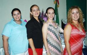 Ana Jocabeth Muñoz Rodríguez acompañada de sus amigas, en su despedida de soltera.