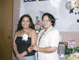 Claudia González Vega acompañada de la organizadora de su despedida de soltera, Paty García de Peña.