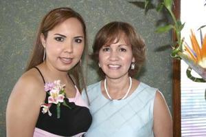 Cristy de León Serna junto a su mamá Rosario de De León organizadora de su despedida de soltera.