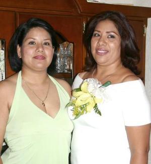 Gabriela Padilla G. acompañada de Flor Padilla de Rodríguez, en la despedida de soltera que le ofrecieron por su próxima boda.