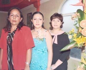 La festejada en compañía de las anfitrionas, Matilde González de García y Ezperanza Ogaz de Medina.