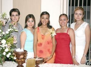 María de Lourdes Cardona Castellanos acompañada de sus amigas, en la despedida de soltera que le ofrecieron en días pasados.