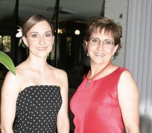 <u><b> 27 de Junio </u> </b><p> Susana Castil Rossel en la despedida que le ofreció su mamá , Lupina Rosell de Castil.