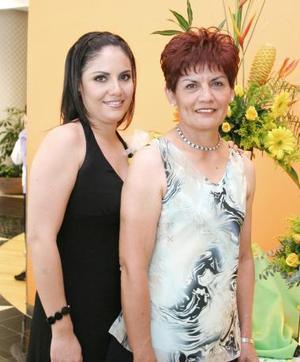 Claudia Cristina Mantañez Rivera acompañada de su mamá, Irma Rivera de Jurado, organizadora de su despedida de soltera.