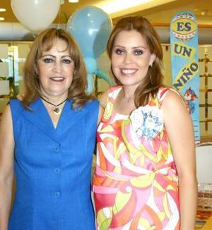Ërika Gonzalezrrubio de Barbosa acompañada de Patricia MArtínez de Gonzalezrrubio, en su fiesta de canastilla.