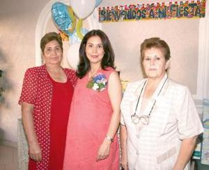 Hortensia Martínez de Aranda acompañada de las organizadoras de su fiesta de canastilla, hortencia de martínez y Elisa de Aranda.
