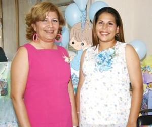 Rosa Elena Aguilera Ríos recibió numerosos obsequios, en la fiesta de canastilla que le ofreció Rosa Elena Ríos Ortega.