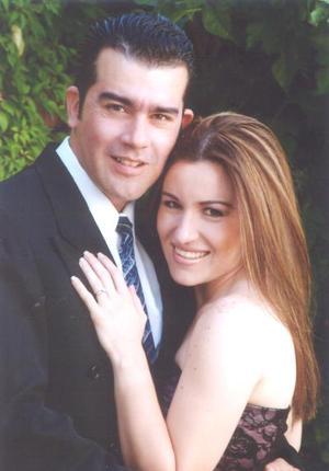 <i><u>27 de junio de 2004</i></u><p> Sr. Jesús Saracho Pérez  y Srita. Montserrat Casán Sandoval efectuaron se presentación religiosa en la parroquia del Santo Cristo y contrajeron matrimonio civil el sábado 26 de junio de 2004.
