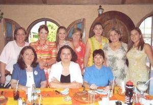 Gaby Mancha de Domínguez, con algunas de las invitadas a su fiesta de canastilla celebrada en días pasados con motivo del cercano nacimiento de su bebé.