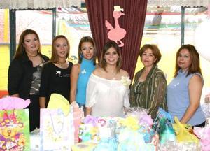Katia Ramos Tello de Orona con algunas de las invitadas a su fiesta de canastilla, que le ofrecieron en días pasados al bebé que espera para próximas fechas.