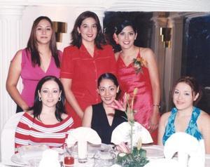 Mariela Pámanes Parra acompañada de sus amigas, en su despedida de soltera.