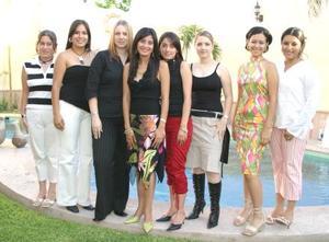 Lissette Díaz Moreno acompañada de sus amigas, en la despedida de soltera que se le ofreció en días pasados.