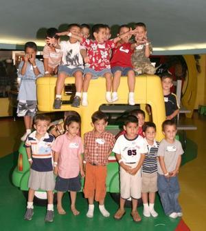 Luis Medrano Diez acompañado por un grupo de amiguitos en la fiesta que le ofrecieron sus papás por su quinto cumpleaños.