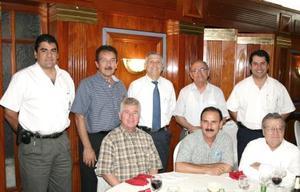 Ricardo ventura, Rogelio Manjarrez, Antonio Pérez, Guillermo Milán, Luis Carlos Reyes, Ángel Herrera y Matías Román, captados en reciente festejo social.