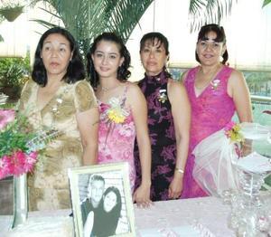 <u><b> 27 de Junio </u> </b><p>    Sara Lizeth Garnier Escárcega con las anfitrionas de su despedida de soltera, María de los Ángeles Escárcega de Garnier, Alejandra Padilla de Gallegos y Olivia Esparza de Escárcega.