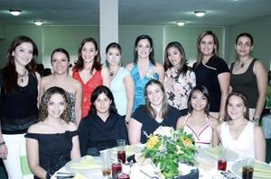 Cecilia Ortiz Saborit estuvo acompañada de sus amigas en su despedida de soltera.