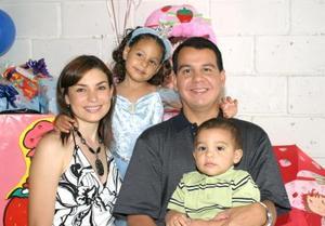 Edna Fernanda Rodríguez de la Torre en compañía de sus papás Rodolfo y Edna y su hermanito, en su fiesta de cumpleaños.