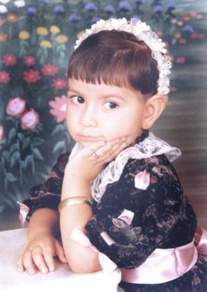La pequeña Coral Saavedra Grijalva captada en una fotografía de estudio por su tercer cumpleaños.
