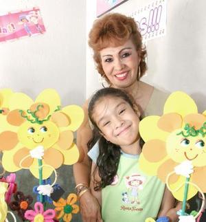 Lupita León Álvarez con su mamá Rosario Álvarez de León, en su festejo de cumpleaños.