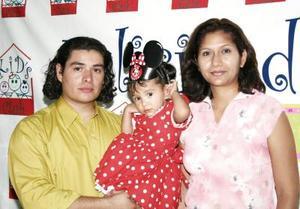 Raquel Prieto Rojas en compañía de sus papás, Raquel Rojas Soto y David Prieto Becerra, en su fiesta de cumpleaños.