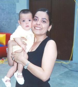 <u><b> 27 de Junio </u> </b><p> Sra. Píldora García de Muñoz, con su pequeñita Mara Muñoz García.