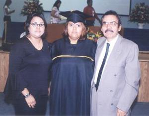 Cynthia Argentina Álvarez Bolaños el día de su graduación, acompañada por su papá, Luis Daniel Álvarez Luna y su hermanna, Daniela Denisse.