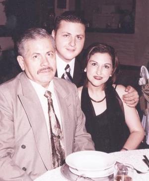 Jesús Ariel Gómez Sánchez acompañado de sus papás, Jesús Héctor Gómez y Sandra Sánchez, en pasado festejo social.