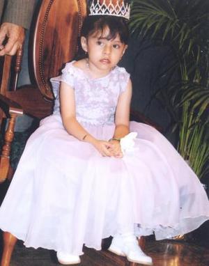 Lizeth Cepeda Acosta porta la corona de reina de jardín de niños.