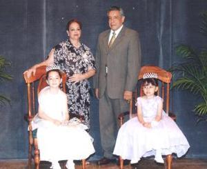 Profr. Martín Rodolfo Silva Rosales y Profra. Concepcción Esparza Arredondo, en la coronación de Yasma Gómez Castro y Lizeth Cepeda Acosta.