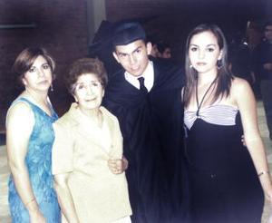 Ricardo Adolfo Esperón Saldaña el día de su graduación de preparatoria en compañía de Leticia Saldaña de Esperón, Juana María Martínez de Saldaña y Mónica Esperón.
