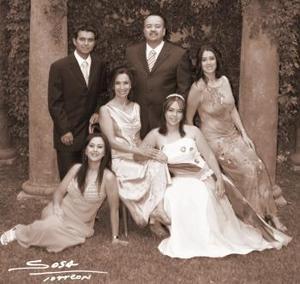 Srita. MAría Rocío Pámanes Muñoz, el día de su fiesta de quince años acompañada por su familia.