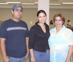 Rebeca Mesta voló a Los Ángeles y fue despedidda por Julieta Marín y Omar Mesta.