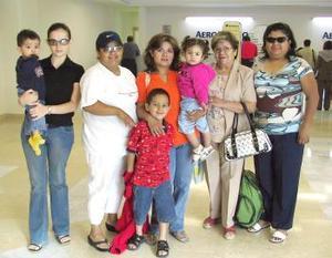 Gabriela, Raymundo y Victoria viajaron a Veracruz, los despidió la familia Ortiz.