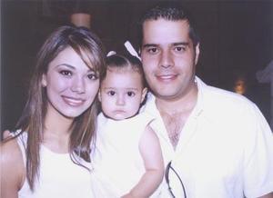 <u><b> 29 de Junio </u> </b><p> Óscar Soto Ramos y Brenda González de Soto acompañados de su hija Jimena Soto González, en pasado festejo..jpg
