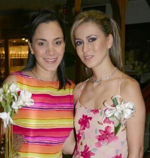 Laura en compañía de Ivette Monroy de Chaúl..jpg