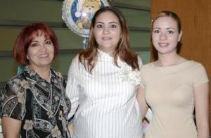 Alejandra Castellanos de Reyes en compañía de Lourdes Castellanos y Daniela Castellanos, organizadoras de su fiesta de canastilla.