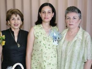 Claudia Varela de Gómez en compañía de María del Mar Chávez de Varela y Amparo Porras de Gómez, anfitrionas de su fiesta de canastilla.