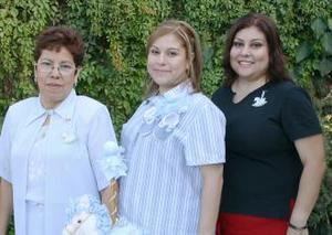 María de Jesús Ríos de Ávila acompañada de las organizadoras de su fiesta de regalos, Ema Salvado de Ríos y Julia Mayte Ríos de Sánchez.
