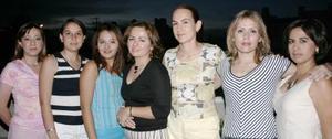 Angélica Pico de Velarde en compañía de sus amigas, en la fiesta que se le ofreció por su cumpleaños.