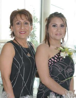 Marcela camarillo Barrios junto a su mamá Beatriz Barrios de Camarilo, anfitriona de su despedida de soltera.