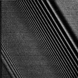 Las fotos muestran ondas de densidad, es decir, alteraciones en las partículas presentes en los anillos causadas por la energía de los satélites que pasan cerca. La sonda Cassini-Huygens realizó con éxito la maniobra más peligrosa de su largo viaje y entró en la órbita de Saturno, el destino final de la misión científica conjunta de las agencias espaciales de Europa y EU.