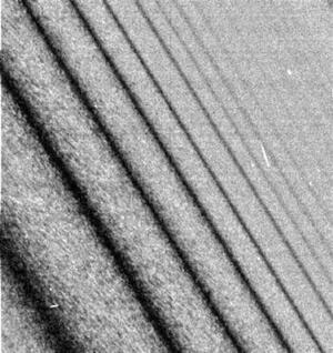 La sonda Cassini-Huygens envió a la Tierra, sólo unas horas después de que se colocara en órbita de Saturno, imágenes descritas como absolutamente espectaculares por los científicos de la NASA. Los científicos del Laboratorio de Propulsión a Chorro (JPL) de la NASA, en Pasadena (California), quedaron encantados con la calidad y la cantidad de las imágenes en blanco y negro, en las que se perfila la estructura de los anillos.