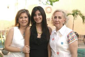 Lisset Díaz Moreno en su festejo prenupcial acompañada por su mamá, Laura Moreno de Díaz y su futura suegra, Leticia Ancira de Leal