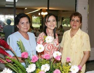 <u><i>02 de julio </u></i><p>  Paola Segura Mesta en compañía de las organizadoras de su despedida de soltera, Martha Mesta de Segura y Rosario Castro Lozano